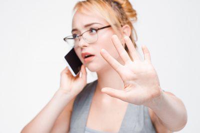 Frau möchte bei Telefonat nicht gestört werden